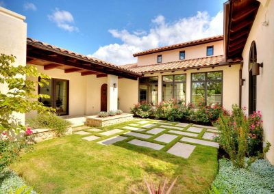 Santa-Barbara-Transitional-Front-Courtyard-by-Zbra…ome-Builders